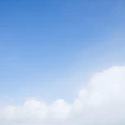 「もこもこ雲と青い空」の写真素材