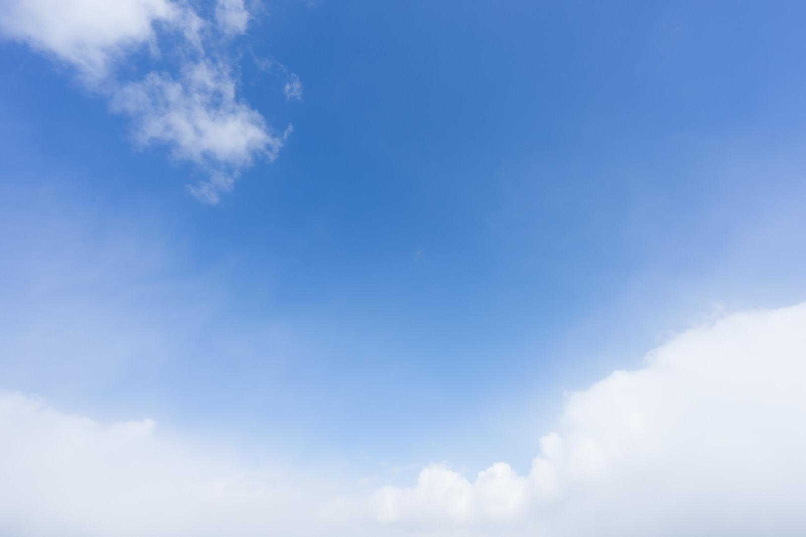 「青空と雲がふわふわ」の写真