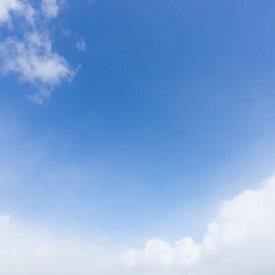 「青空と雲がふわふわ」の写真素材