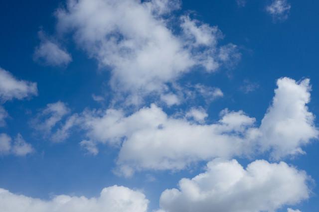 青空とまばらな雲の写真