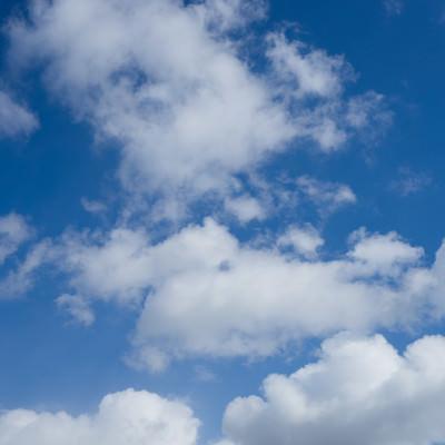 「青空とまばらな雲」の写真素材