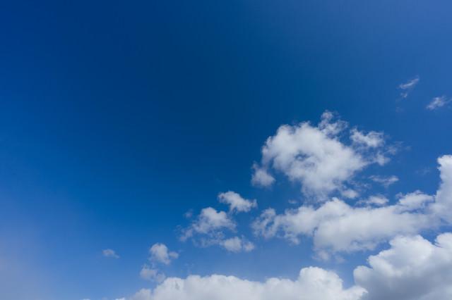 青空に雲の写真