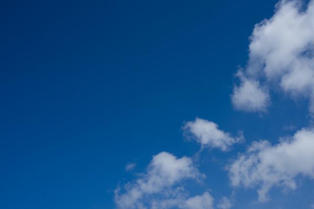 青空と浮かぶまばらな雲の写真
