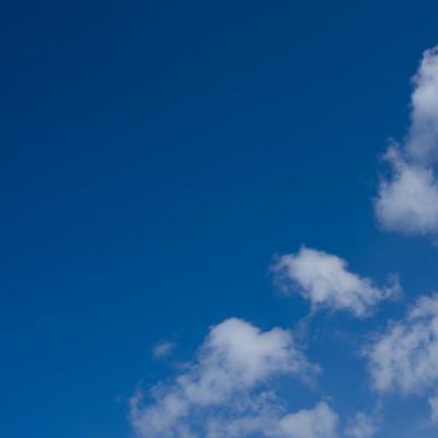 「青空と浮かぶまばらな雲」の写真素材
