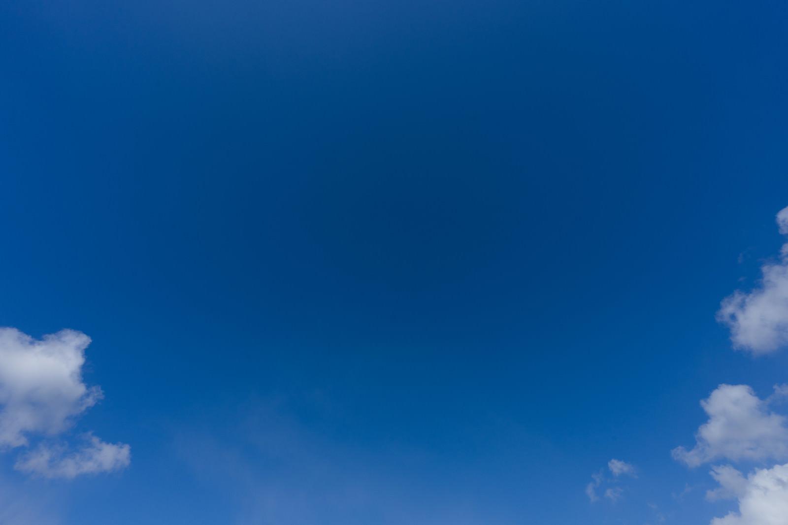 「少し雲が残る青空」の写真