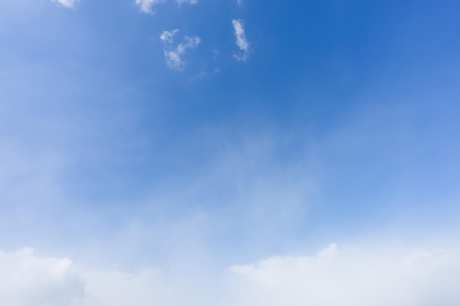 「少し雲が出てきた空少し雲が出てきた空」のフリー写真素材を拡大