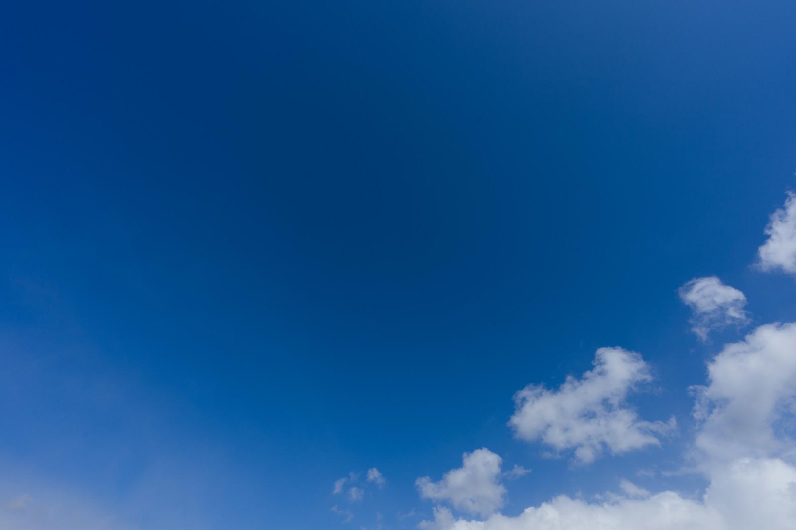 「青空と雲の一部」の写真