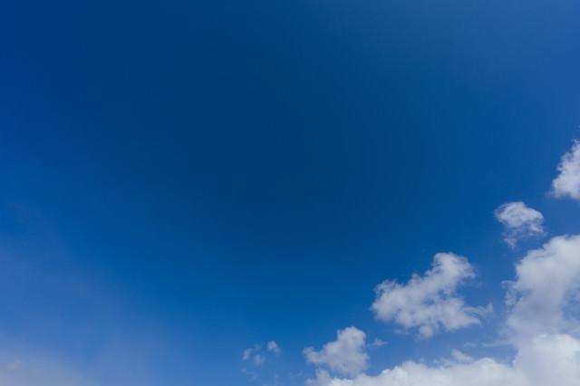 青空と雲の一部の写真