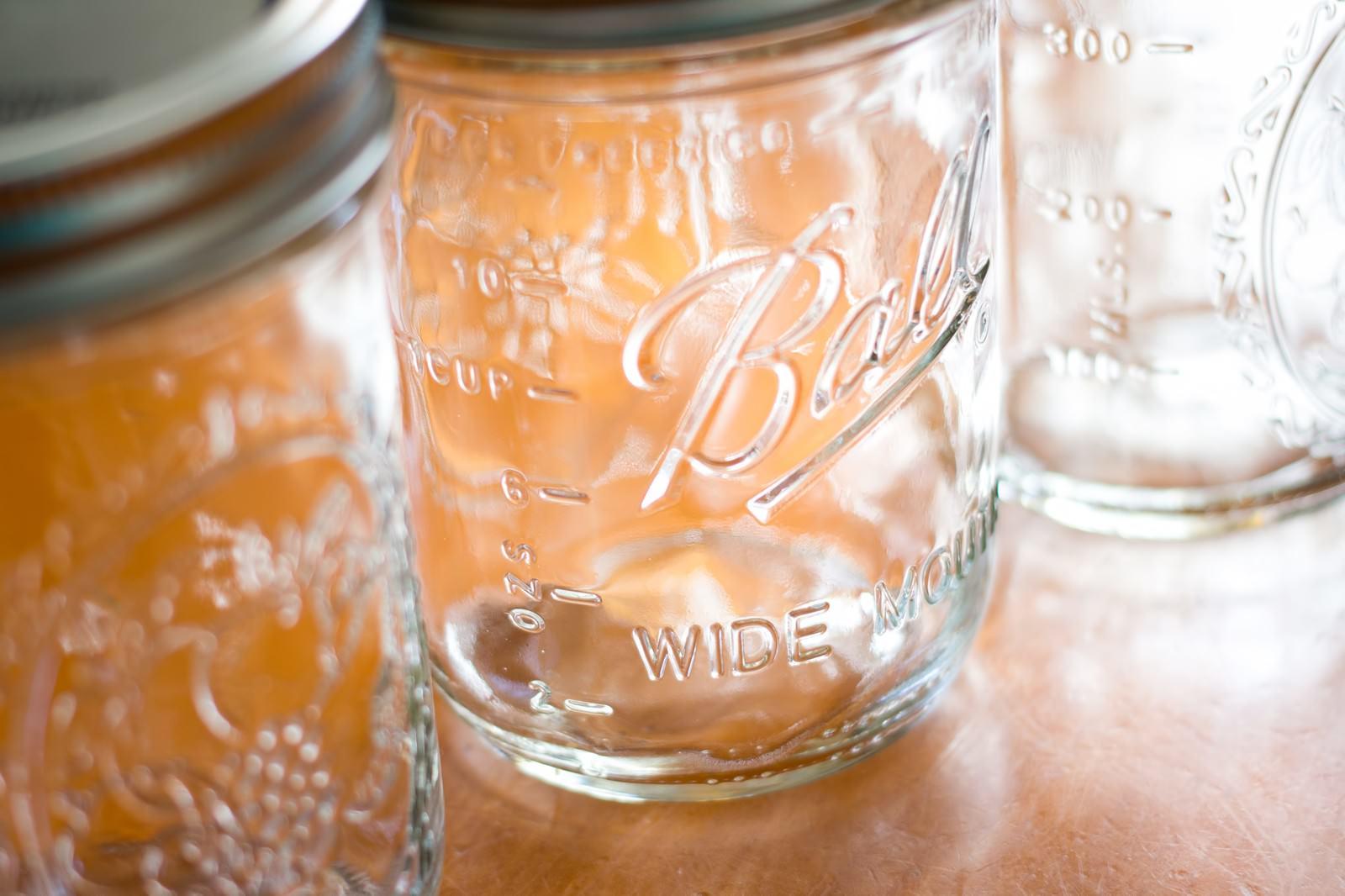 「テーブルに置かれた空き瓶」の写真