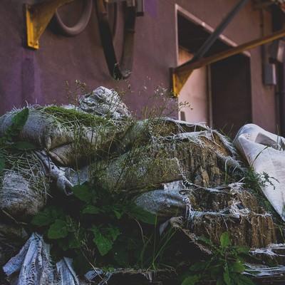 「放置された土嚢」の写真素材