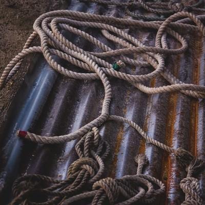 廃棄されたロープの写真