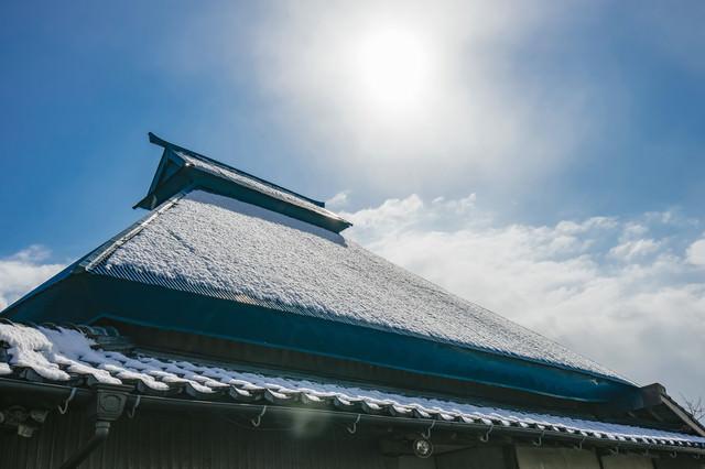 屋根に薄っすら雪が残るの写真