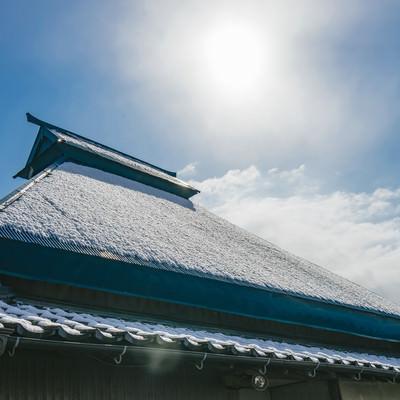 「屋根に薄っすら雪が残る」の写真素材