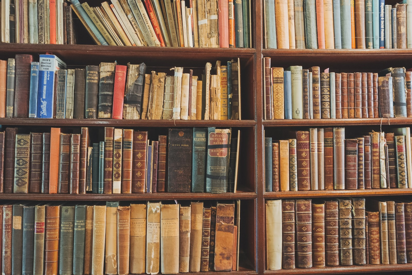 「洋書の本棚洋書の本棚」のフリー写真素材