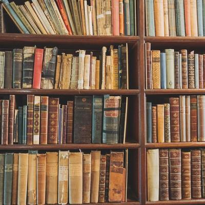 「洋書の本棚」の写真素材