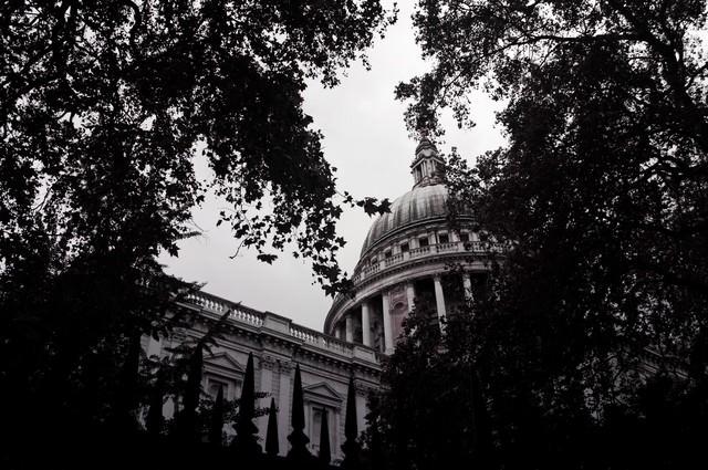 木々の合間から見える洋館(ロンドン)の写真