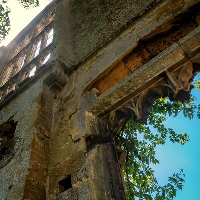 スードリー城の朽ちた城壁の写真