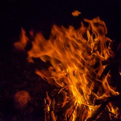 「夜の焚き火」の写真素材