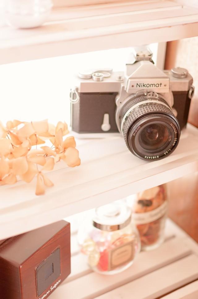 カメラと棚の写真