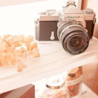 「カメラと棚」の写真素材