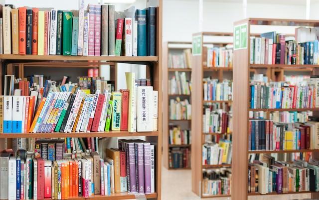 学校の図書室の写真