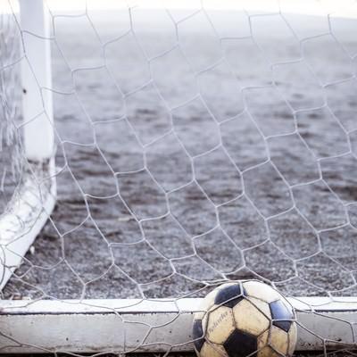 ゴールネットのサッカーボールの写真