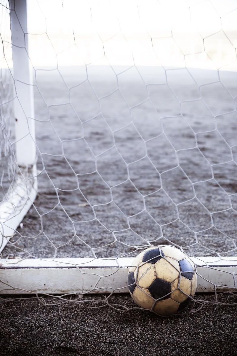 「ゴールネットのサッカーボール | 写真の無料素材・フリー素材 - ぱくたそ」の写真