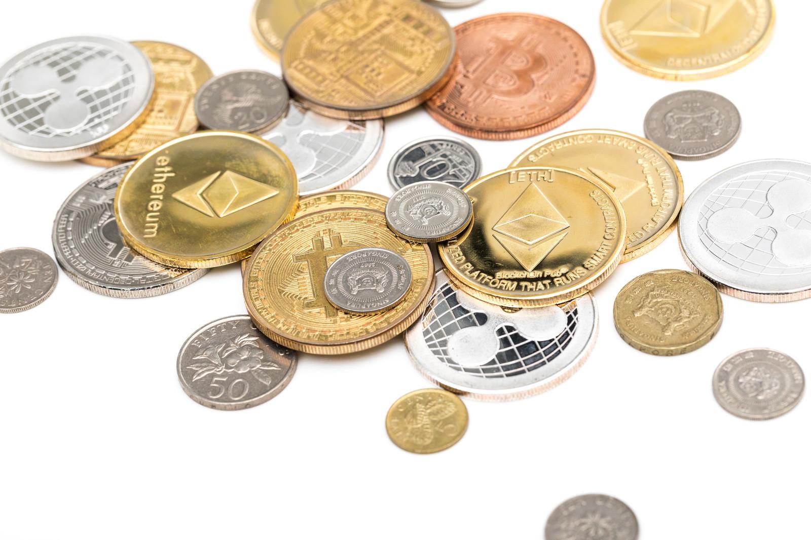 「散らばったシンガポールドル(フィアット)と仮想通貨」の写真