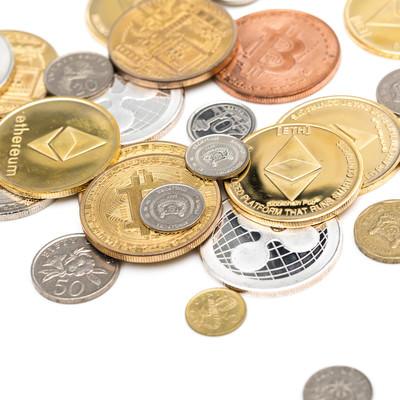 散らばったシンガポールドル(フィアット)と仮想通貨の写真