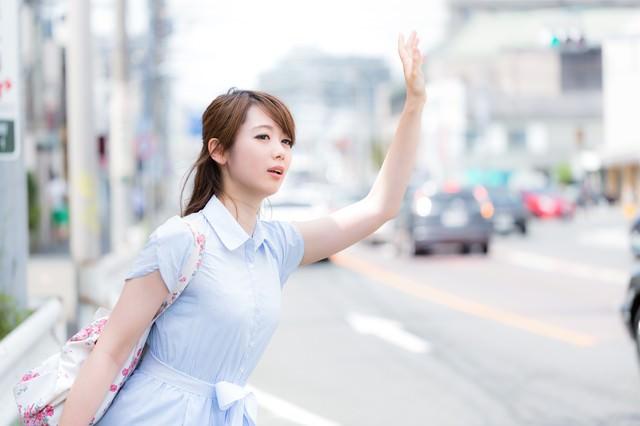 手を挙げてもタクシーがなかなか止ってくれないの写真