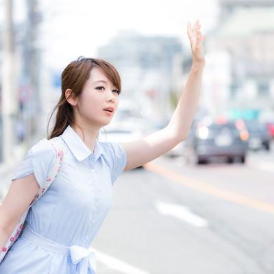 「手を挙げてもタクシーがなかなか止ってくれない」の写真素材