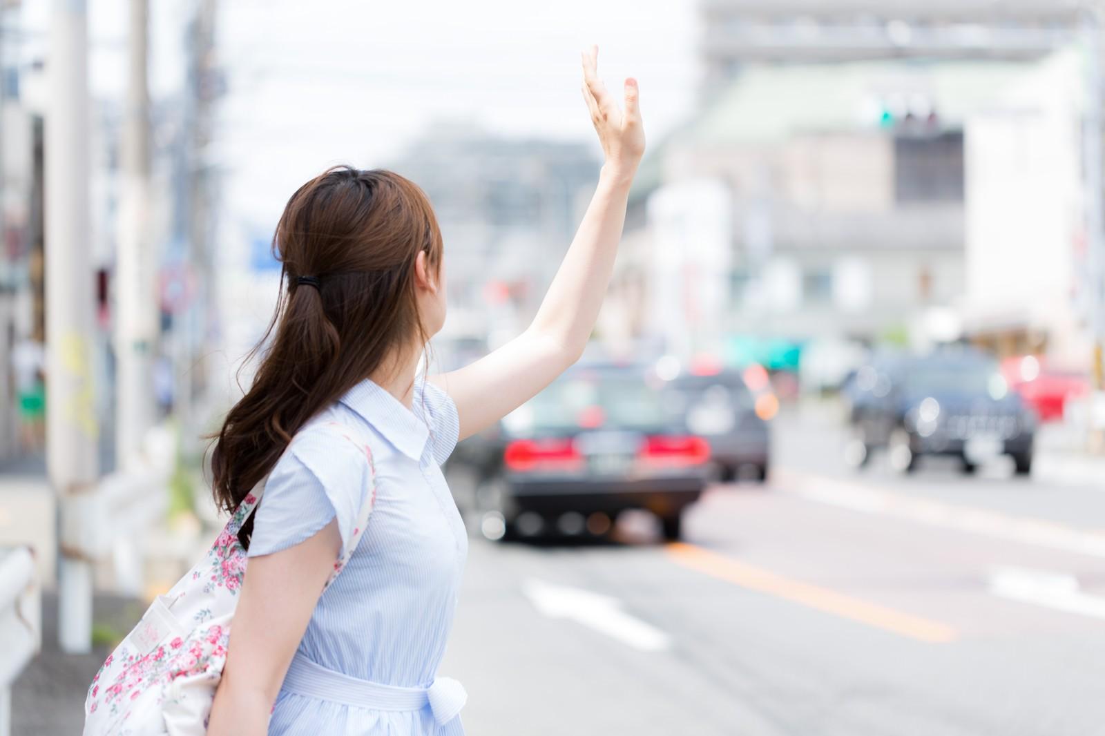 「タクシーが捕まらない不幸女子」の写真[モデル:白鳥片栗粉]