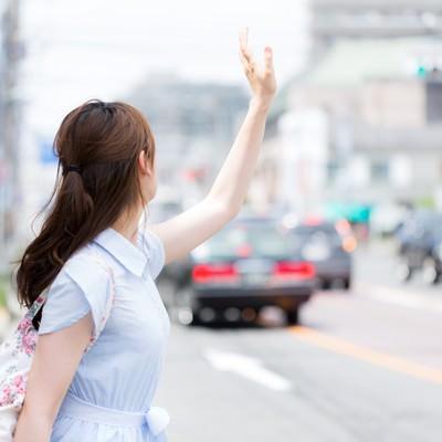 タクシーが捕まらない不幸女子の写真