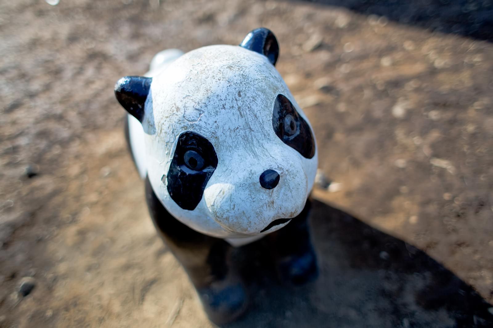 「ボロボロのパンダの遊具」