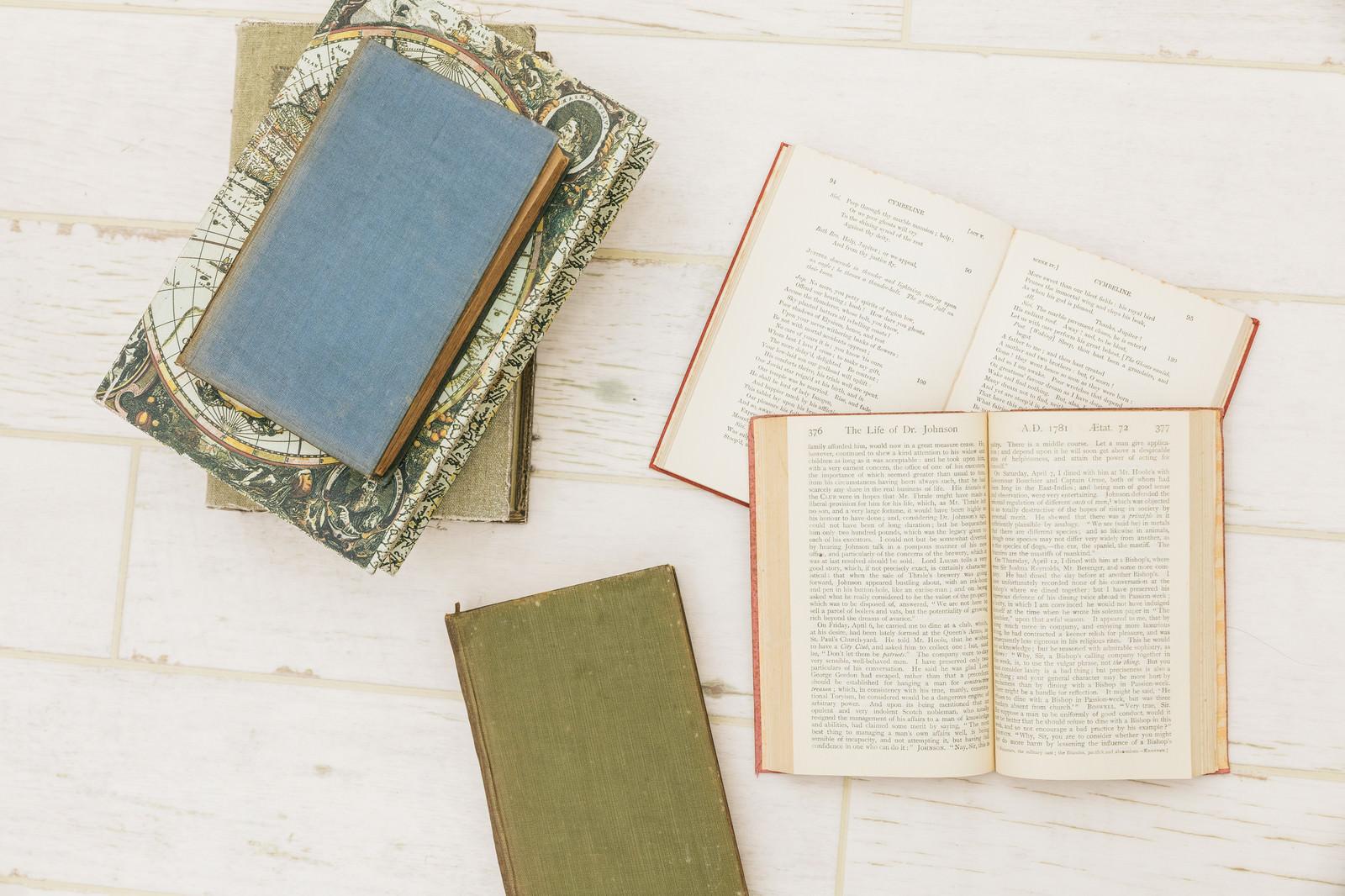 「床に置かれた洋書床に置かれた洋書」のフリー写真素材を拡大