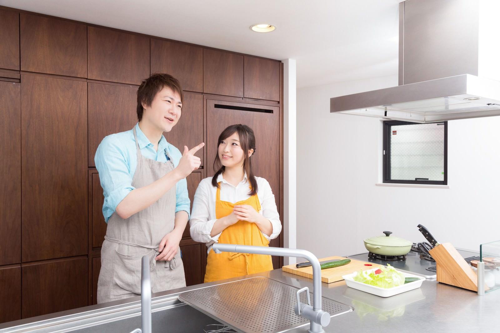「昼のダイエット食特集で約一年ぶりにキッチンに立つ主人」の写真[モデル:五十嵐夫妻]