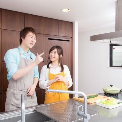 「昼のダイエット食特集で約一年ぶりにキッチンに立つ主人」の写真素材