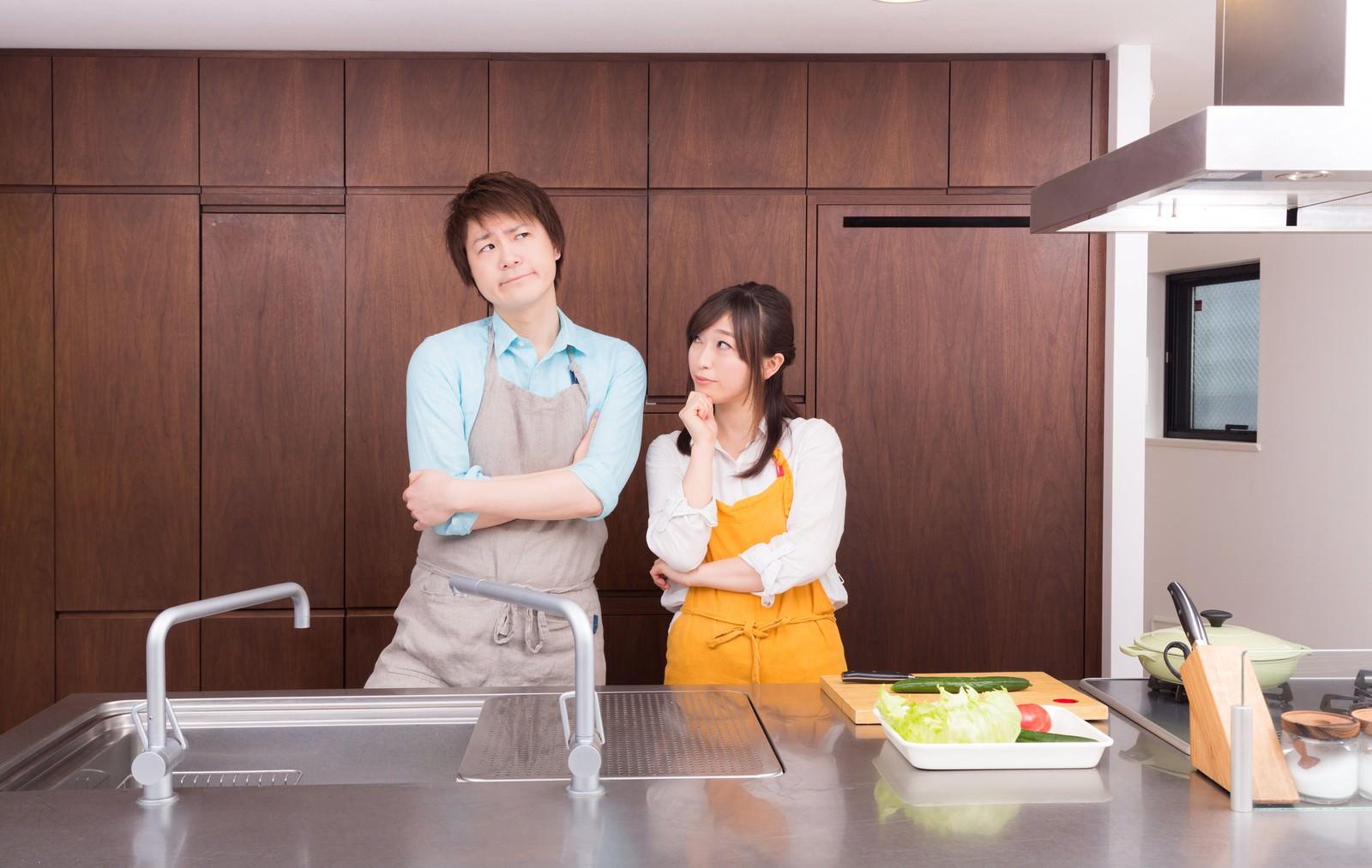 「今日の夕食レシピは何にしようか?と考える夫婦 | 写真の無料素材・フリー素材 - ぱくたそ」の写真[モデル:五十嵐夫妻]
