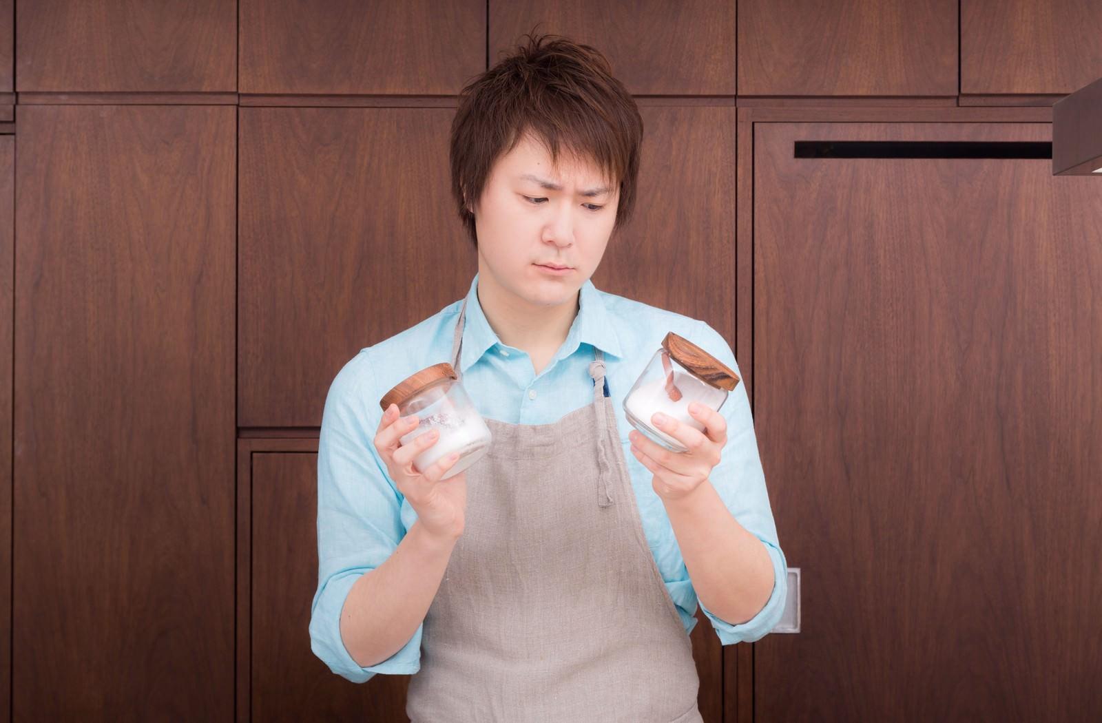 「塩と砂糖の区別がつかなくて涙目の夫」の写真[モデル:五十嵐夫妻]