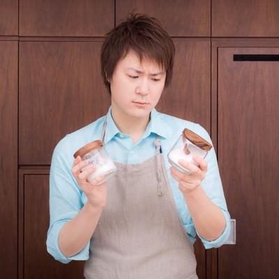 「塩と砂糖の区別がつかなくて涙目の夫」の写真素材