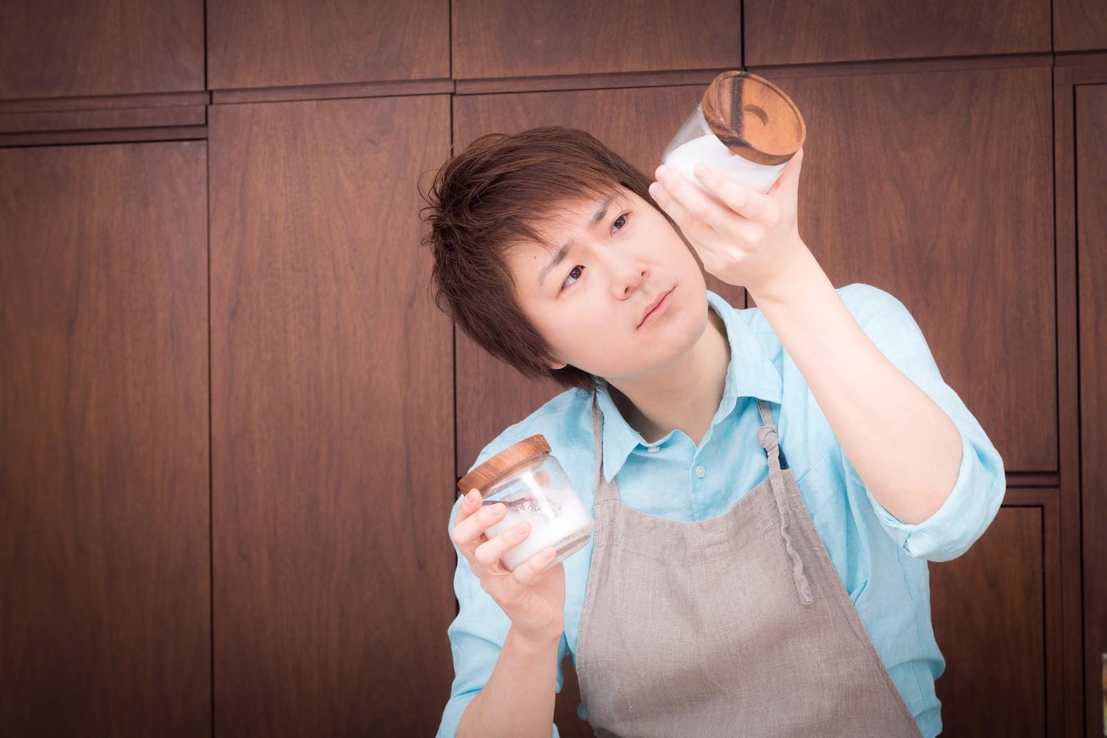 「塩と砂糖の違いを結晶の形で見切る夫(やべ、さっき入れたの砂糖だったわ・・・)」の写真[モデル:五十嵐夫妻]