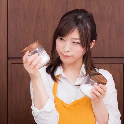 「塩と砂糖の区別がつかない若妻(危険)」の写真素材
