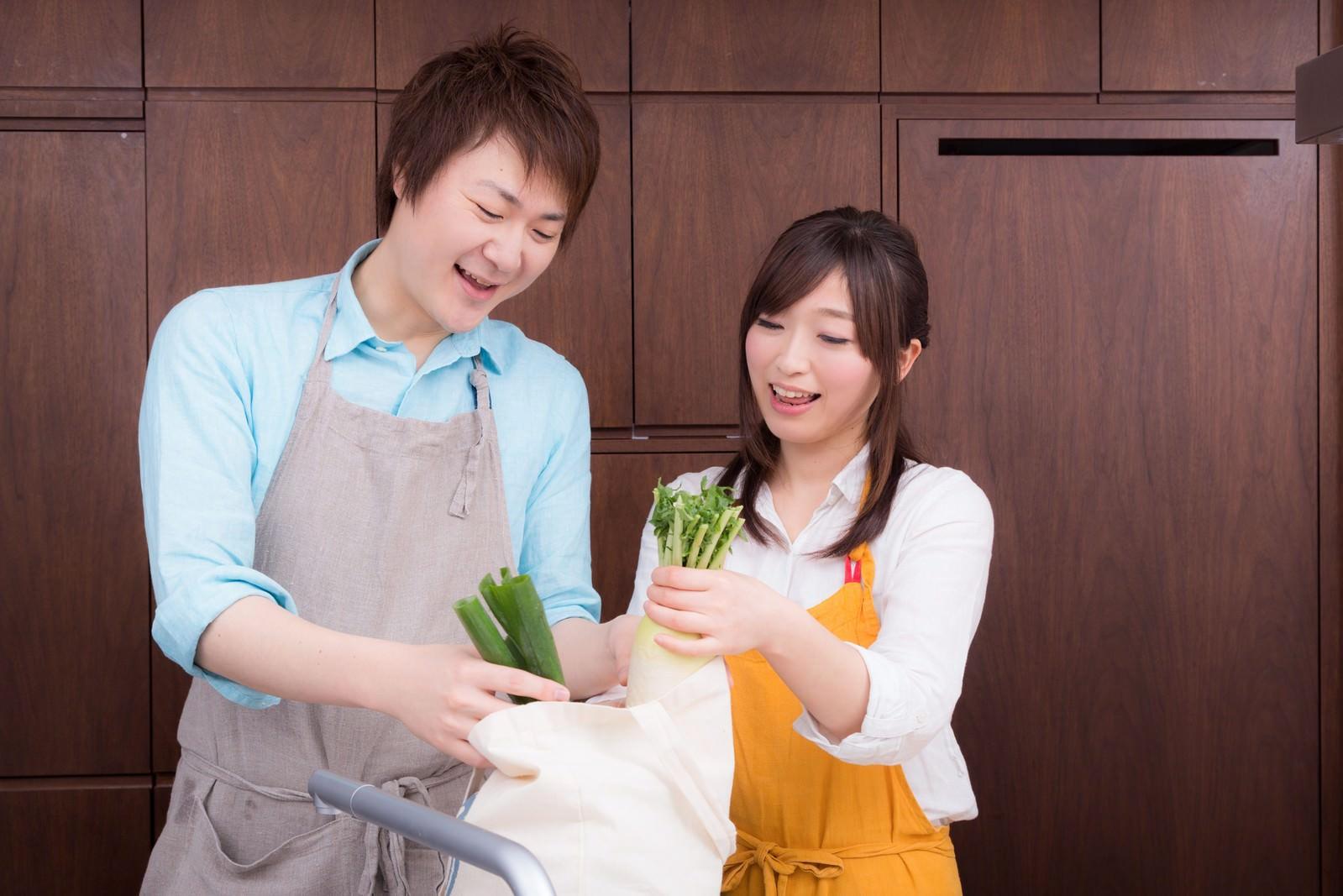 「買い物袋から野菜を取り出して料理を始める二人買い物袋から野菜を取り出して料理を始める二人」[モデル:五十嵐夫妻]のフリー写真素材を拡大