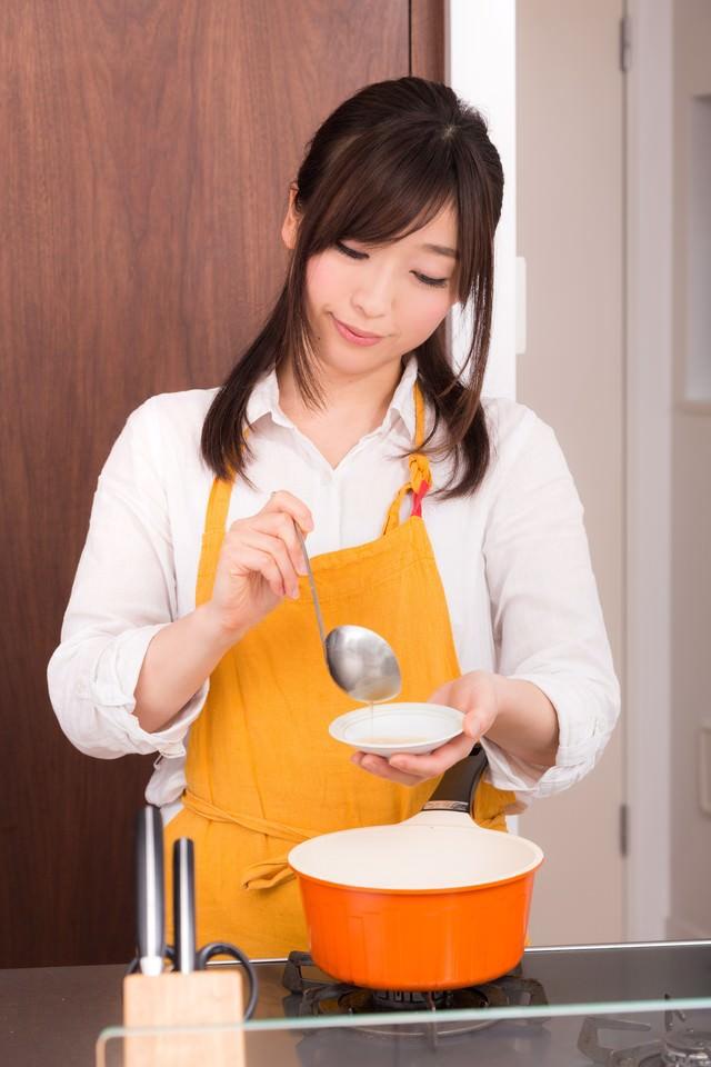 味噌汁をつくっている妻の写真