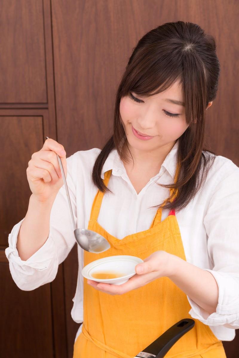 「スープの味を確かめる新妻」の写真[モデル:五十嵐夫妻]