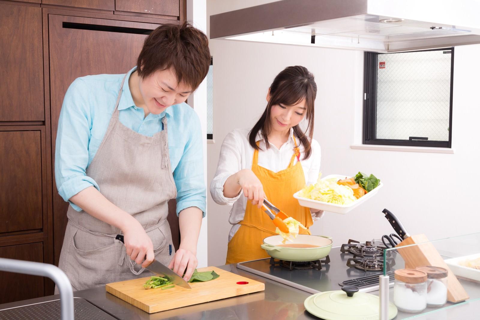「キッチンでお鍋を一緒に作っている夫婦キッチンでお鍋を一緒に作っている夫婦」[モデル:五十嵐夫妻]のフリー写真素材を拡大