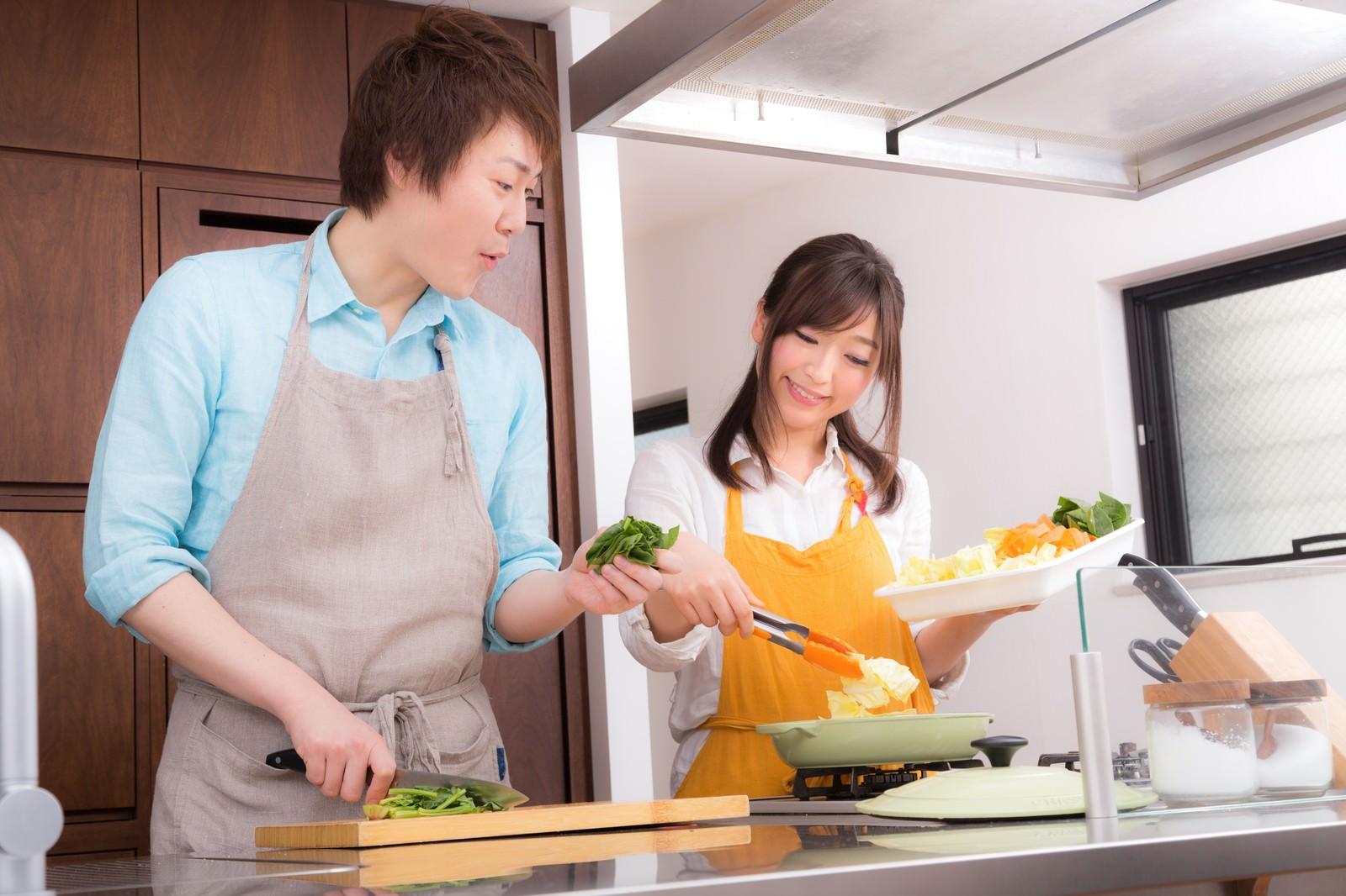 「野菜たっぷりの美味しそうな鍋に感動する夫」の写真[モデル:五十嵐夫妻]