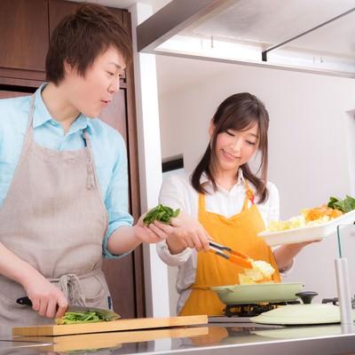 「野菜たっぷりの美味しそうな鍋に感動する夫」の写真素材