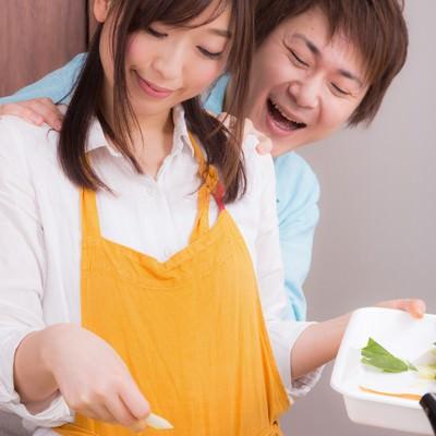 「鍋パーティの用意をしている奥さんと背後霊(旦那)」の写真素材