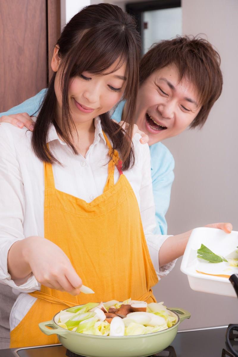 「鍋パーティの用意をしている奥さんと背後霊(旦那)」の写真[モデル:五十嵐夫妻]